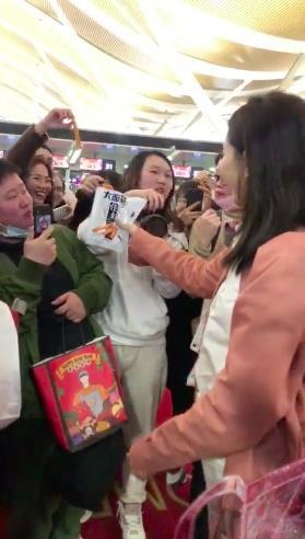 江疏影机场吃辣条 网友:超接地气