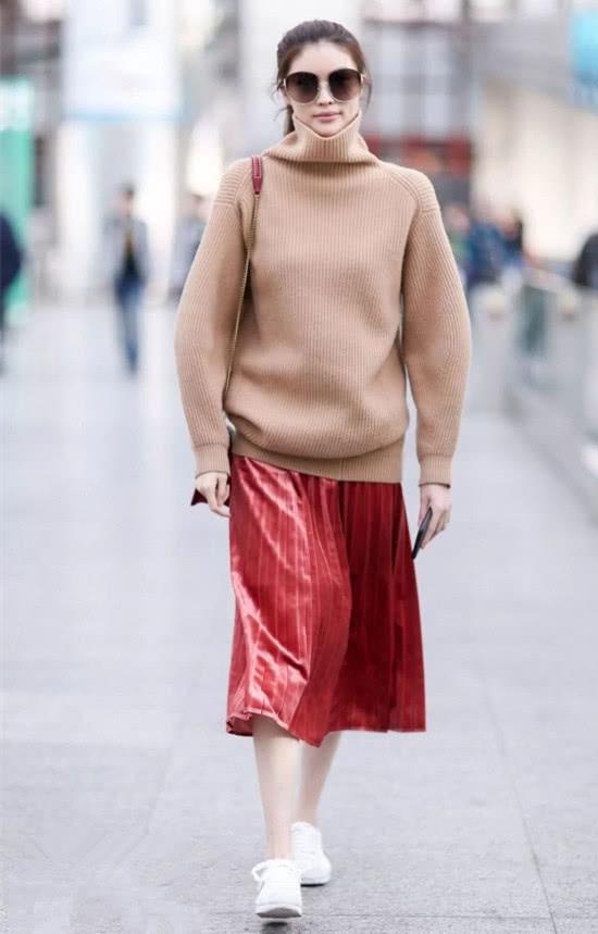 毛衣和裙子的组合 为这个春天开场
