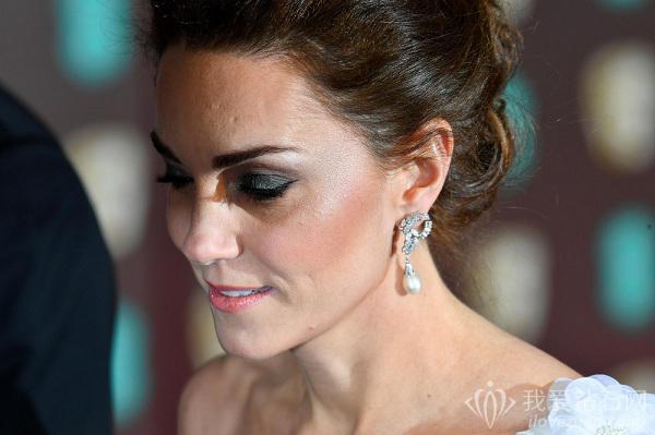 凯特王妃佩戴一对珍珠和钻石耳环出席第72届英国电影学院奖