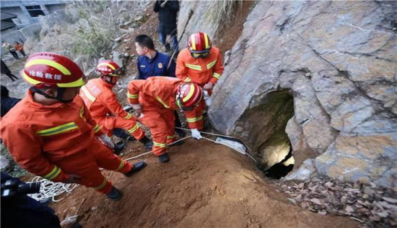 男孩坠入15米山洞 经过20分钟紧张救援成功脱困