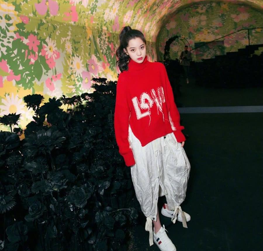 分享欧阳娜娜近期穿搭 红色毛衣成时尚必备