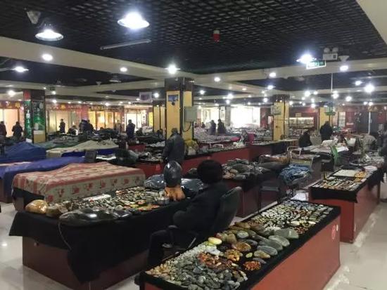 新疆库尔勒市西部白马玉器交易市场 一个摊位值一栋豪宅