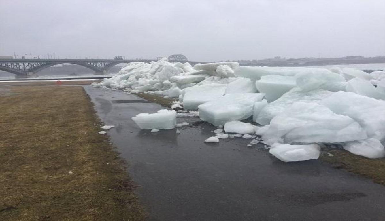 冰海啸涌入加拿大 民众纷纷拿起手机记录这一刻