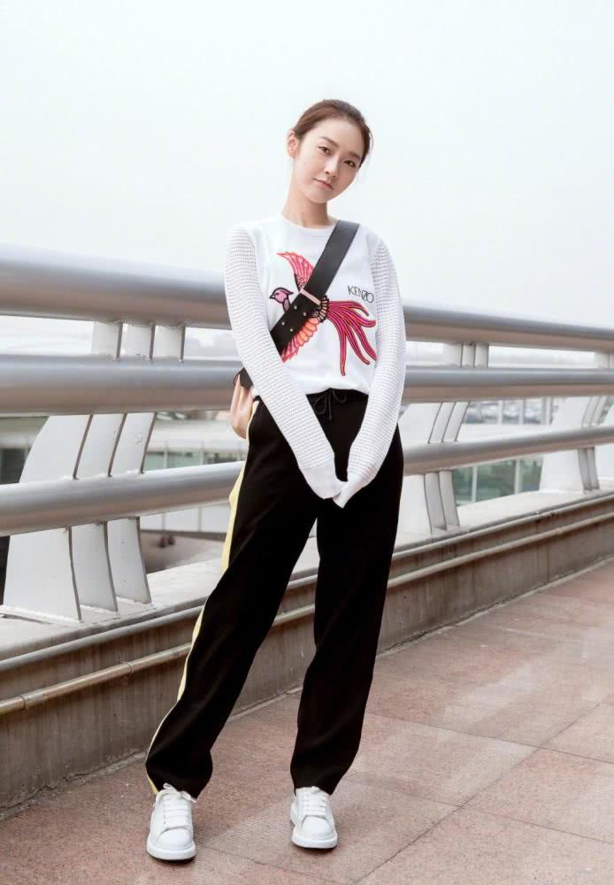 张佳宁穿毛衣配运动裤 显高显瘦还不失俏皮感