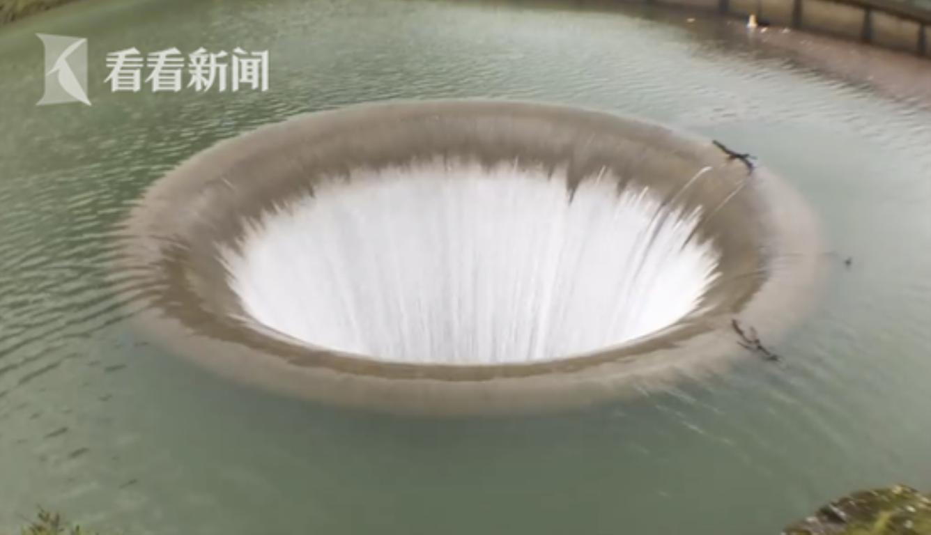 加州湖面凭空现黑洞 这种排水方式排水方式