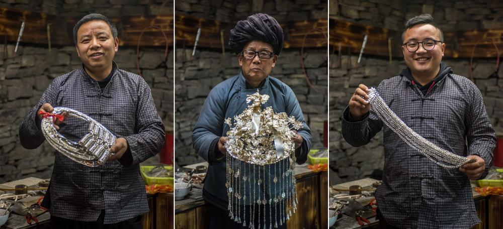 2月28日,龙吉堂(中)、儿子龙先虎(左)和孙子龙建平在展示苗族传统银饰(拼版照片)。