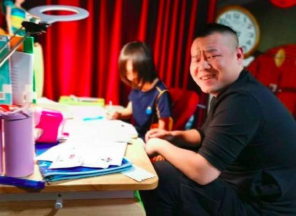 岳云鹏辅导女儿作业 崩溃表情超逗趣