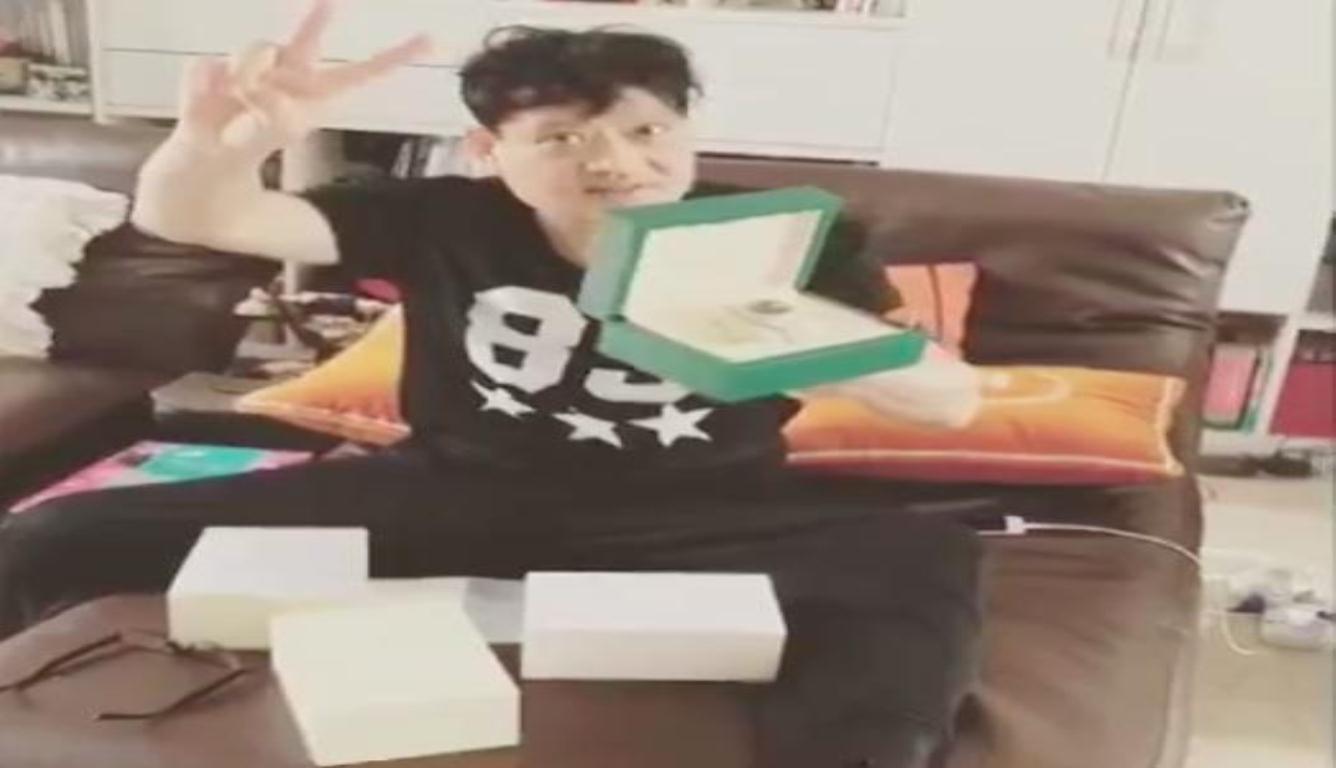 王嘉尔为爸爸庆生 爸爸表情满是骄傲和幸福
