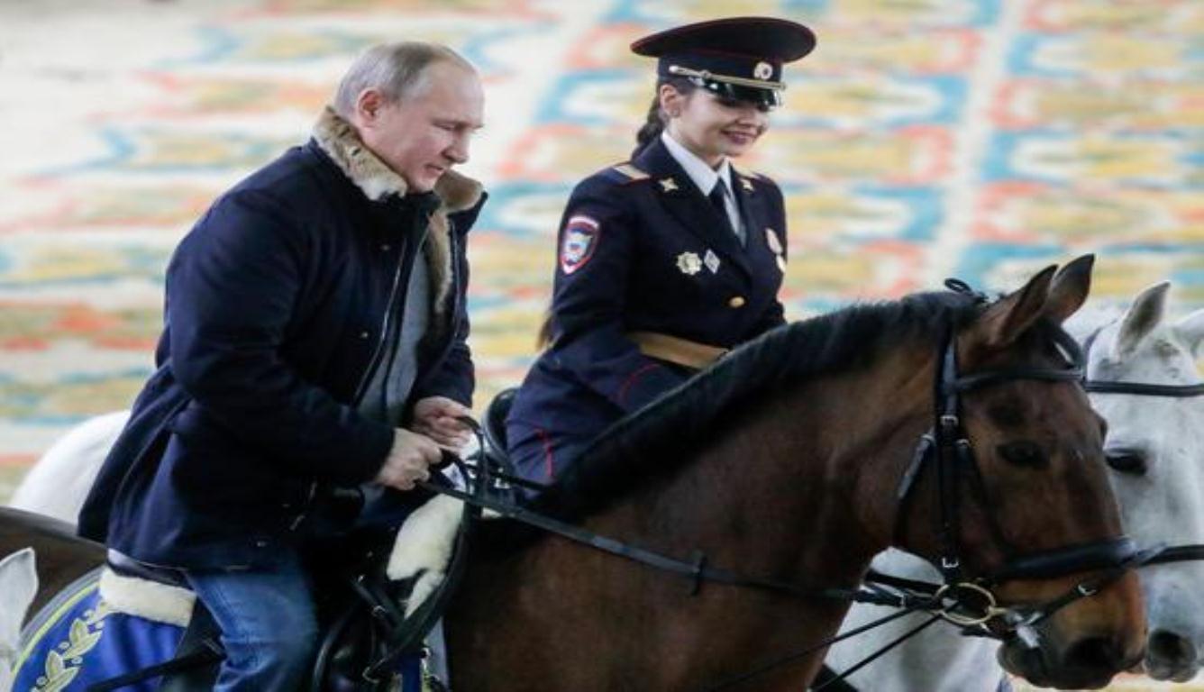 普京同女警骑马 一同骑马跑了几圈
