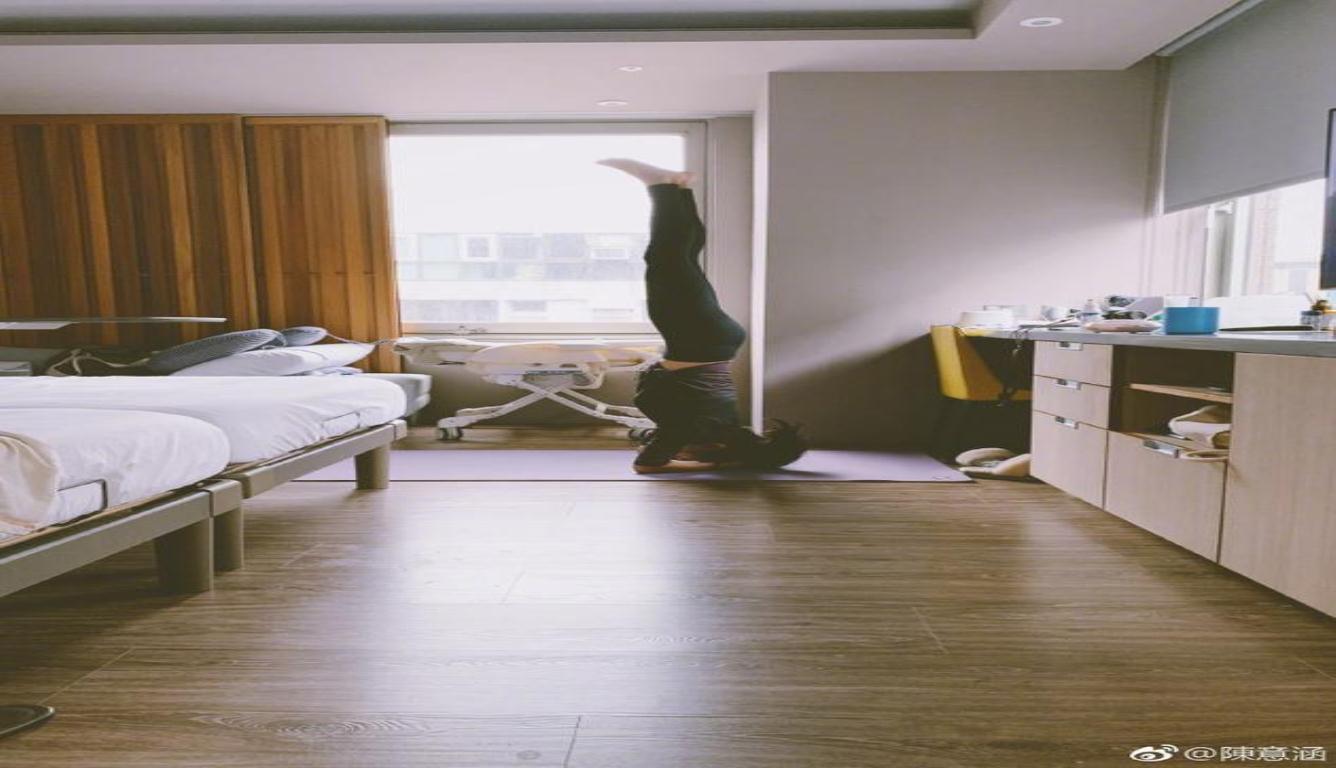 陈意涵倒立练瑜伽 表示月子做满后要找回肌肉