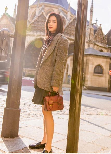 谭松韵巴黎街拍 西装外套+小方包变身学院小妹