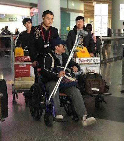 """吴京坐轮椅现身 治疗完又赶回剧组展现""""攀登者""""精神"""