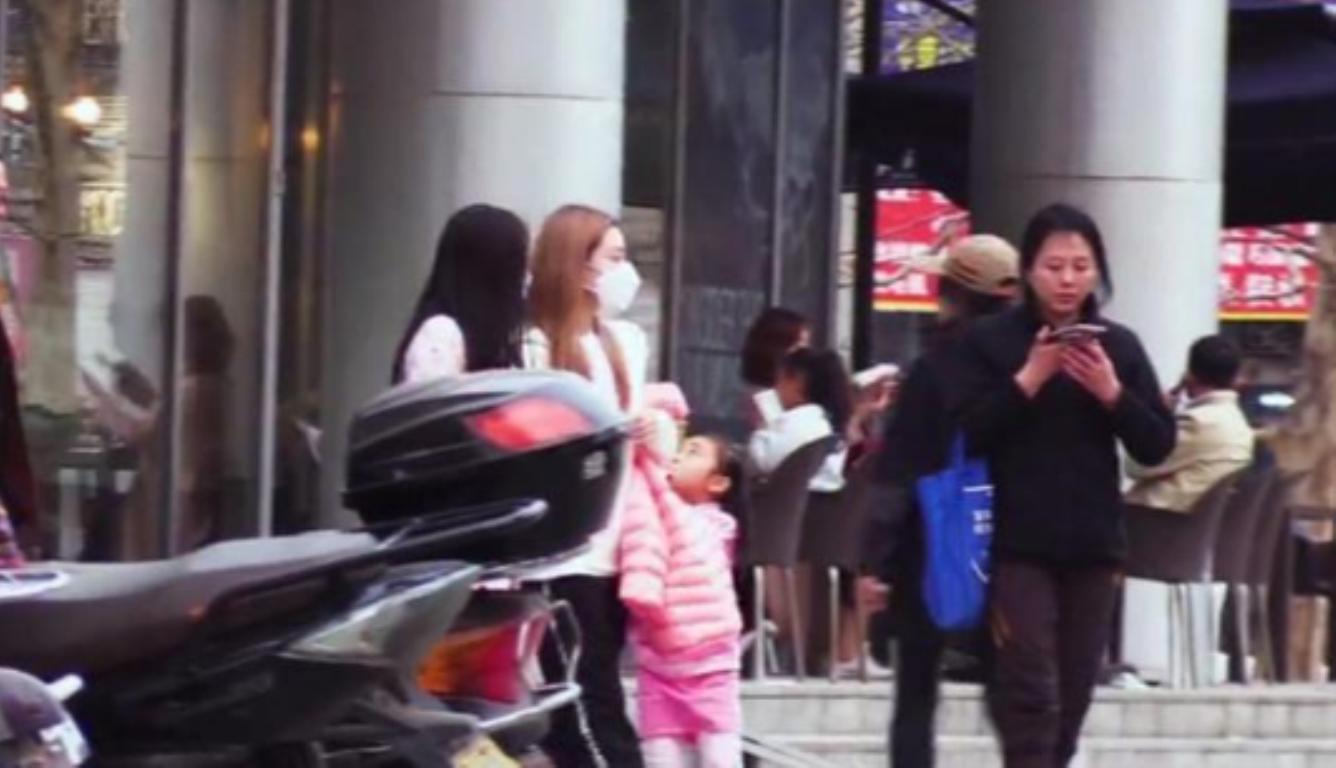 李小璐带女儿逛街 甜馨一身粉色运动套装十分可爱
