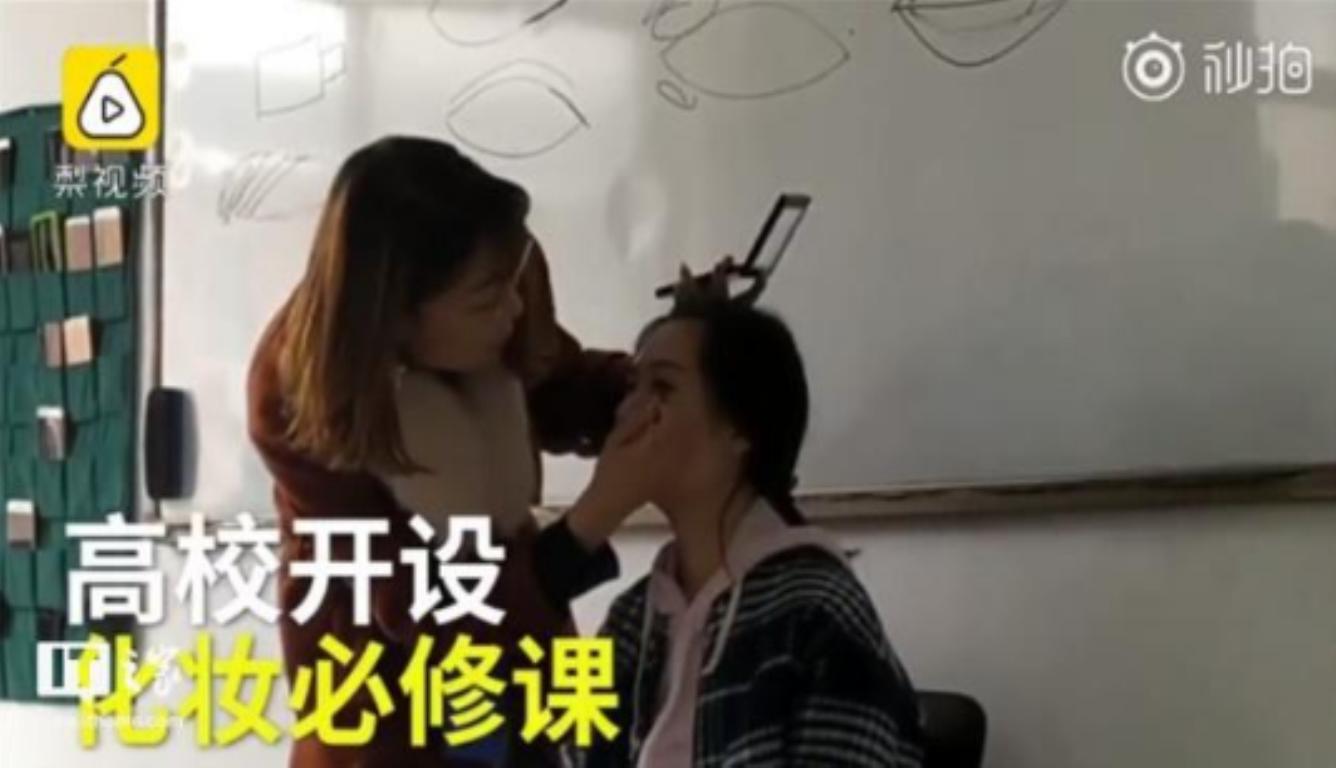 高校开设化妆必修课 全班54名学生跟着老师现场学习