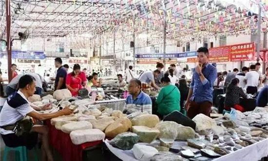 中缅边境最大珠宝市场 商贩摆地摊卖珠宝