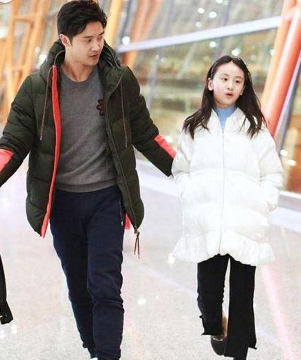 田亮白色情人节带女儿现身机场 森碟身高直逼爸爸