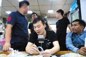 """直击缅甸公盘交易 目睹买家在缅甸""""淘翠""""的生活日常"""
