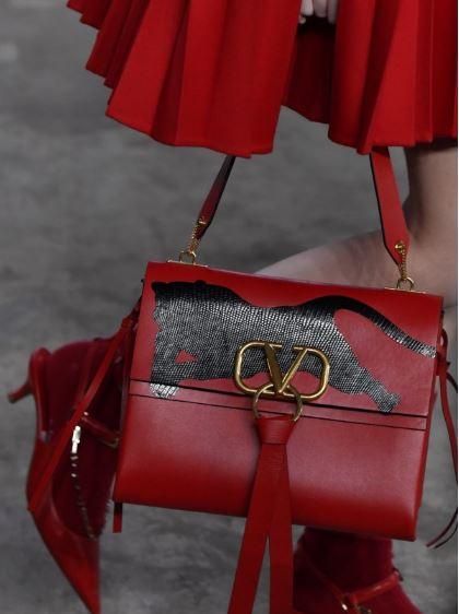 get朴信惠姐姐的同款 华伦天奴新款系列包包