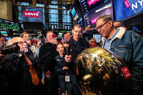 牛仔裤巨头李维斯上市首日股价大涨 市值达86.28亿美元