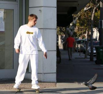 比伯加州洛杉矶最新亚博体育 一身白衣变身滑板少年