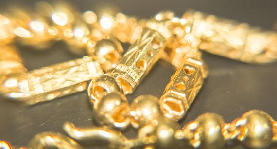 女子戴1米长的黄金首饰外出 结果被抢