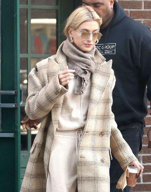海莉·比伯纽约街拍 MM6格子大衣搭配Chloe米色毛衣和休闲裤