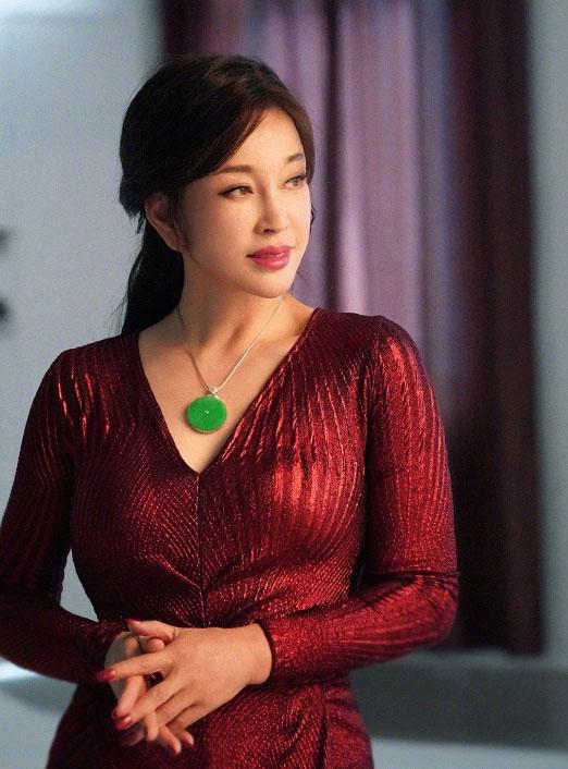 刘晓庆为自家珠宝品牌拍摄宣传片
