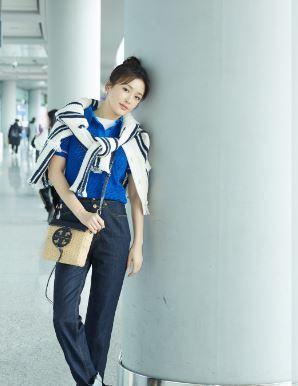 越活越年轻 秦岚北京机场街拍简约造型活力满满!