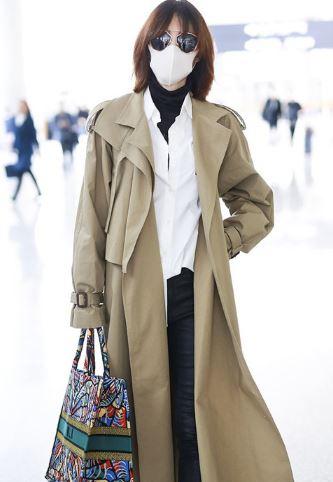 素颜女神的王丽坤机场街拍 一身皮衣酷帅有型