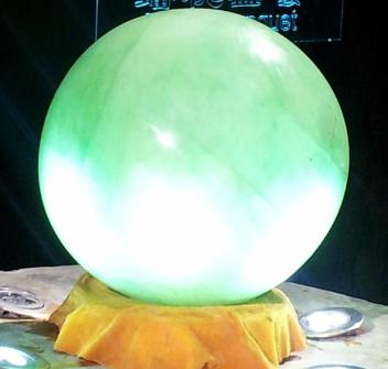 武义县萤石博物馆展出一颗篮球般大的夜明珠