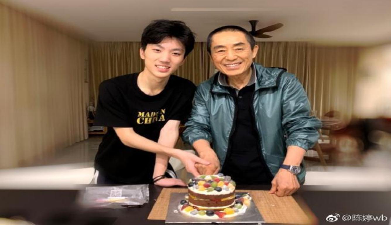 陈婷为张艺谋庆生 与儿子一起切蛋糕十分幸福温暖