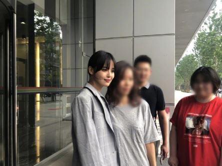 辛芷蕾与路人合影肤白貌美腿长 被称为中国版宋慧乔