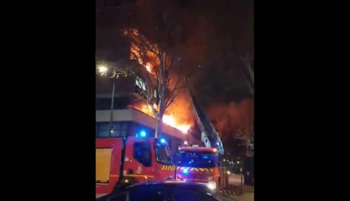 """巴黎建筑起火爆炸 居民称""""太可怕了到处都是火"""""""