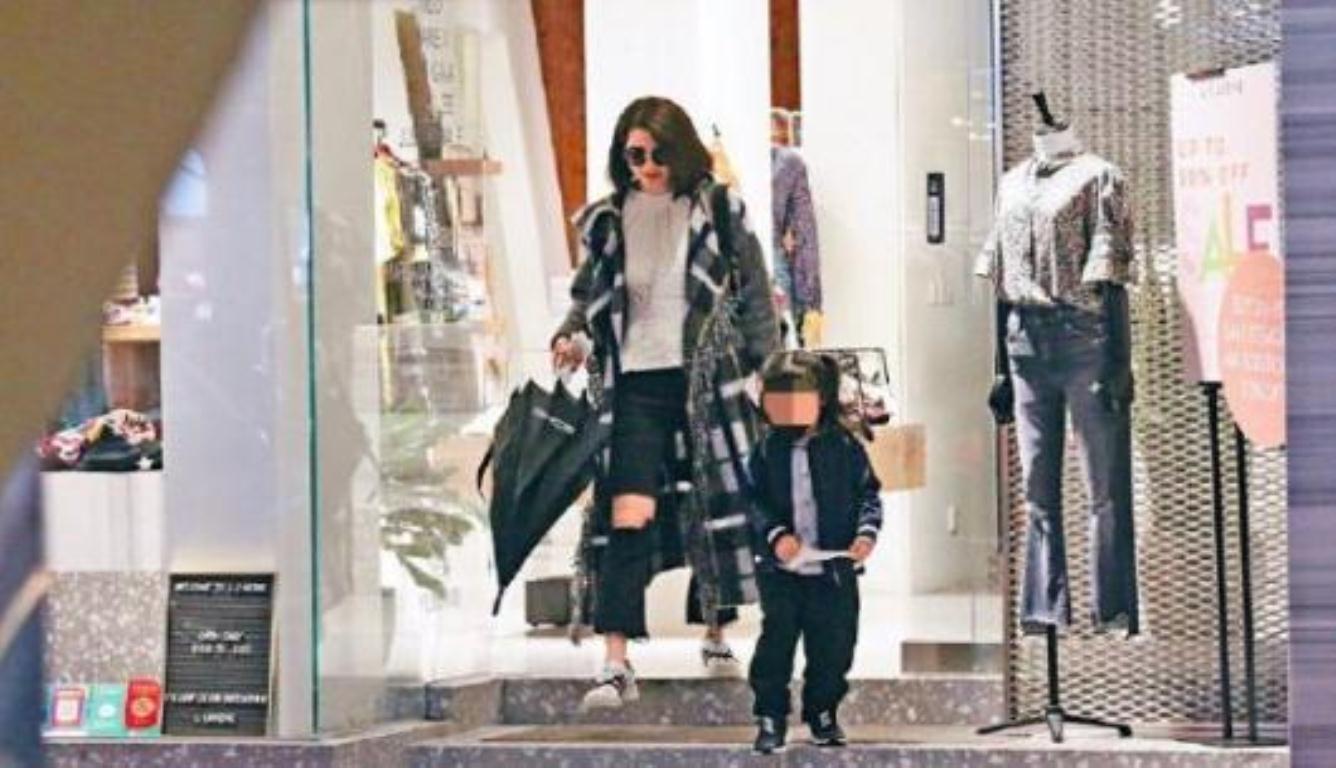 洪欣删张丹峰微博后 带着5岁女儿香港逛街