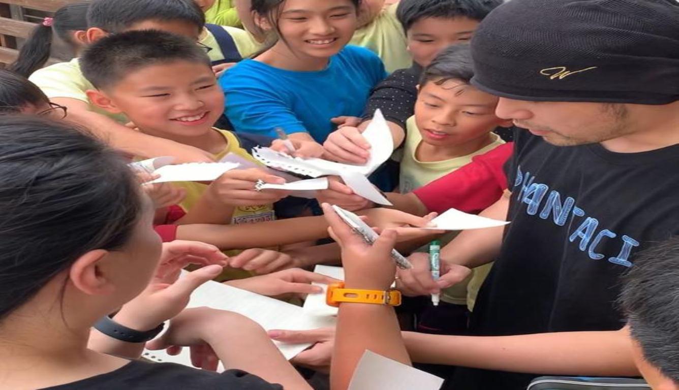 周杰伦被小学生围着签名:你们开心我就开心