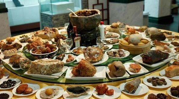 卖相十足的《满汉全席》奇石大宴在宁夏博物馆展出
