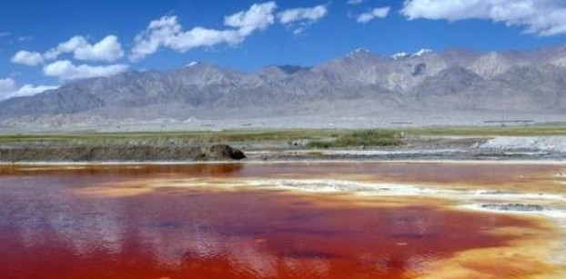 """""""富到流油""""的湖泊 沙滩湖底遍布玛瑙石"""