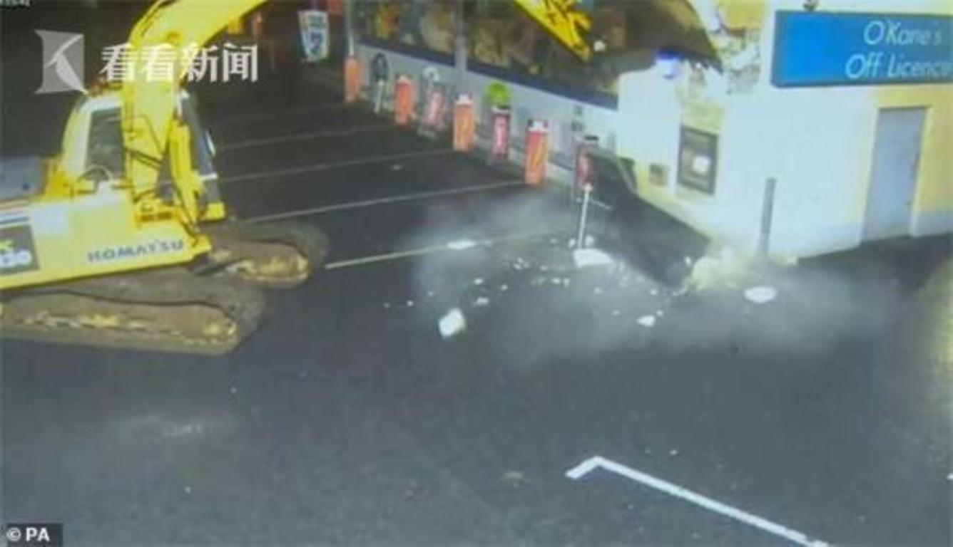 窃贼开挖掘机偷ATM 地上到处都是散落的碎片