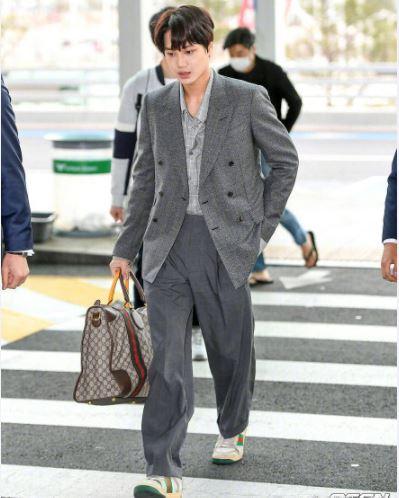 Gucci男孩金钟仁最新机场 却被建议换粉底?