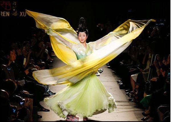 39岁的李玉刚惊艳巴黎时装周 老外:她不可能是男的