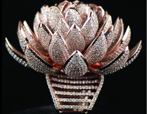 你见过这样萌新的足球钻石和镶钻最多的莲花戒指吗?