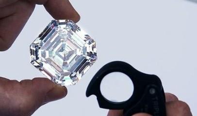 应该珠宝商欲出售世界上最大的正方形祖母绿形切割钻石