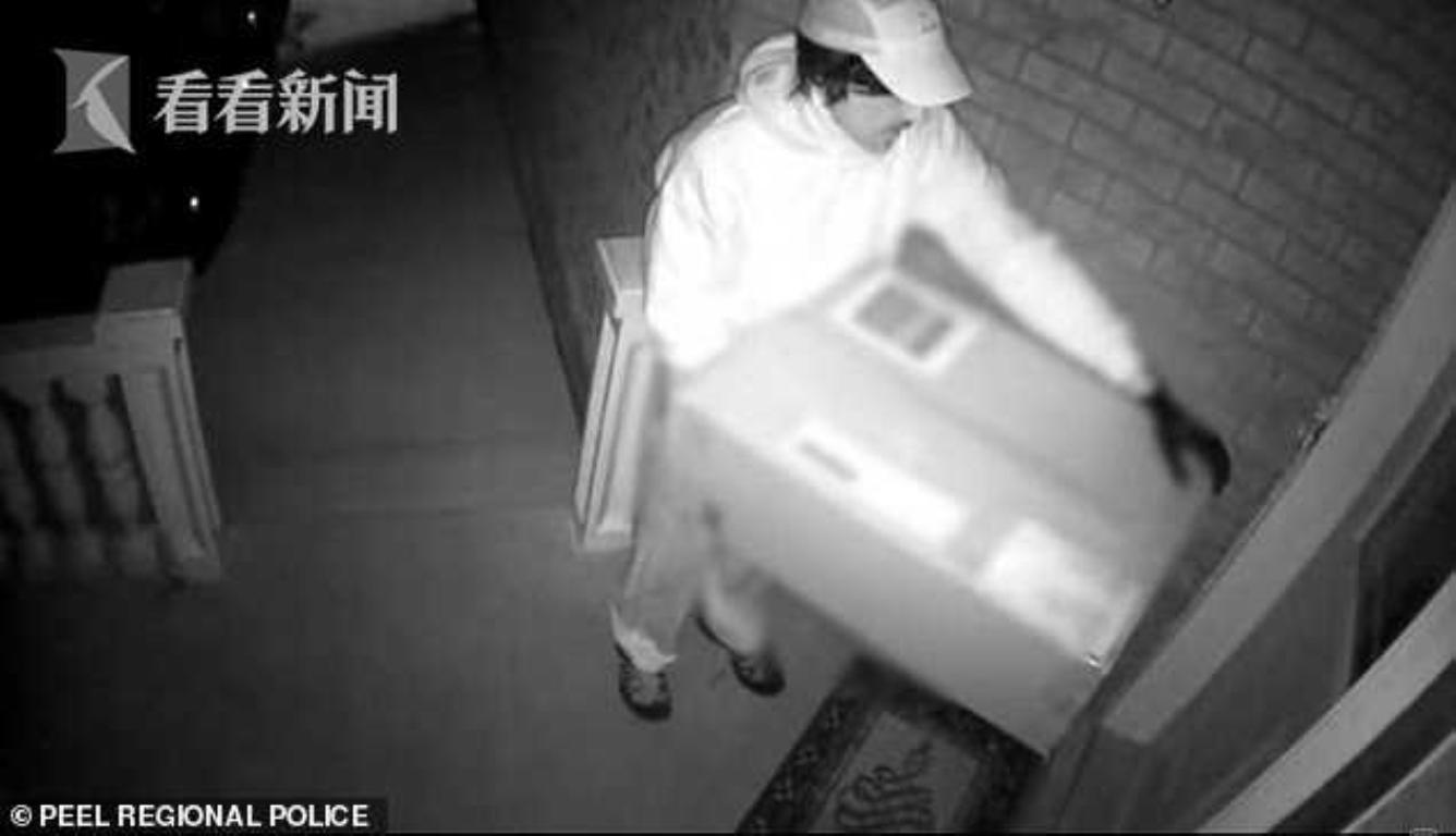杀手扮成快递员送货 趁被害人开门之际射出一箭