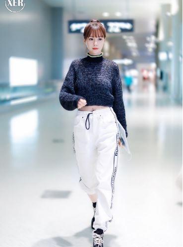 沈梦辰最新机场街拍  短款毛衣加白色运动裤帅气十足