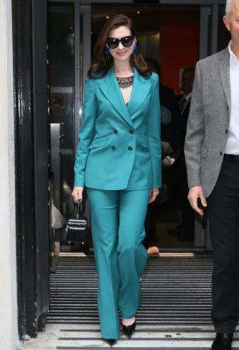 安妮·海瑟薇伦敦街拍 蓝色西服套装加墨镜气场十足