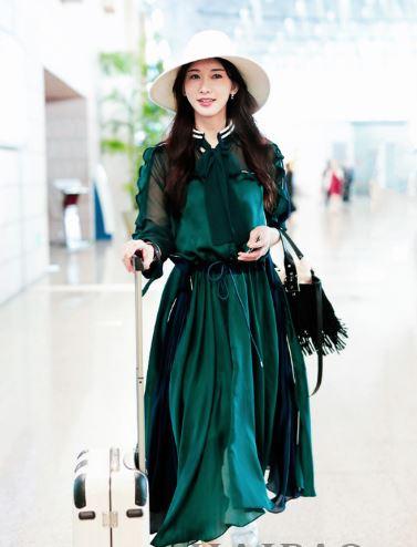 """志玲姐姐机场上演""""绿野仙踪"""" 长裙飘飘心情大好"""