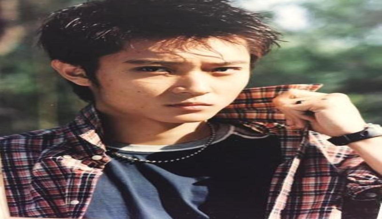 张丹峰成名前旧照 看起来文艺范儿十足