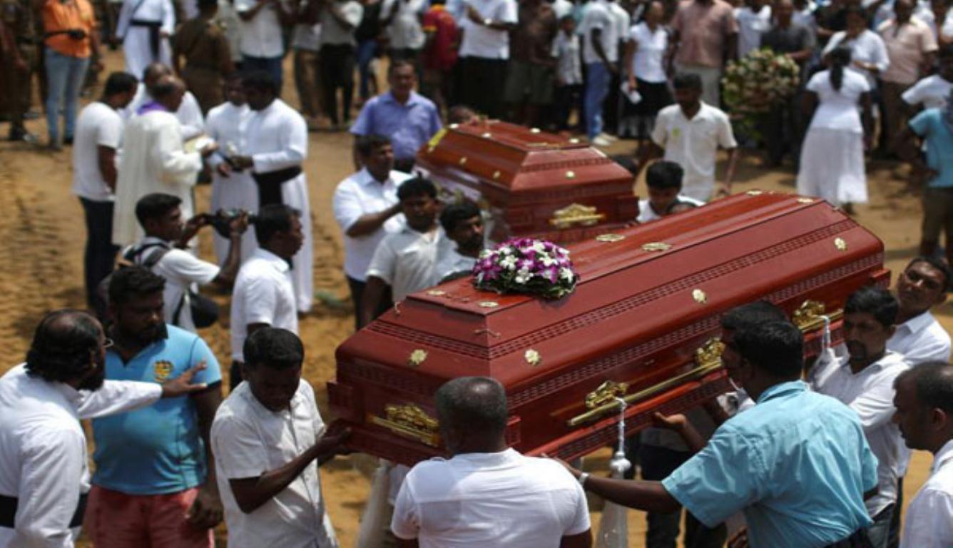 斯里兰卡集体葬礼 ?#20064;?#21517;民众齐声高唱挽歌送别逝者