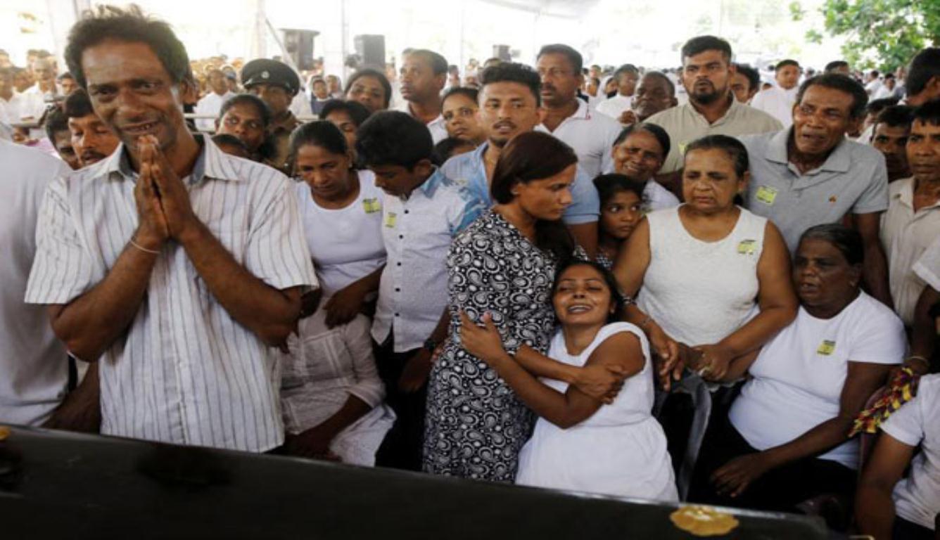 斯里兰卡集体葬礼 上百名民众齐声高唱挽歌送别逝者