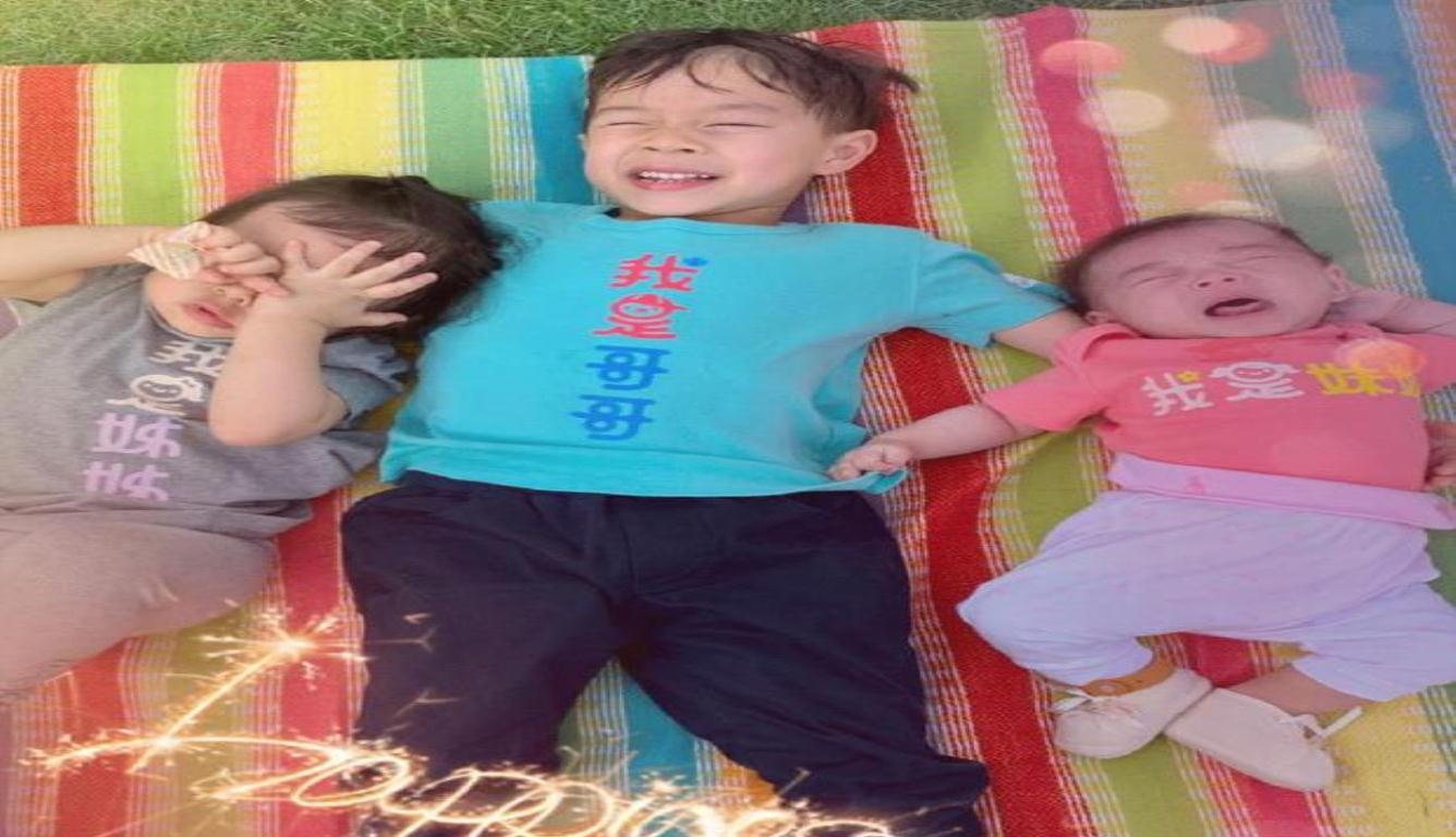 霍启刚晒三个孩子合影 三个宝宝同穿亲子服十分有爱